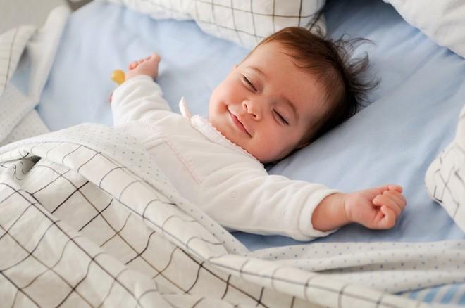 Bé trai 10 tháng tuổi tử vong vì nằm sấp khi ngủ - cảnh báo bố mẹ đặt trẻ ngủ không đúng tư thế-2