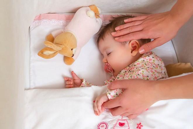 Bé trai 10 tháng tuổi tử vong vì nằm sấp khi ngủ - cảnh báo bố mẹ đặt trẻ ngủ không đúng tư thế-3