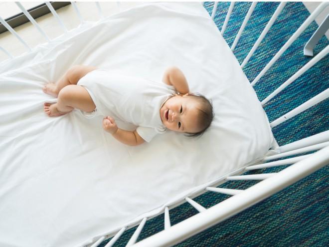 Bé trai 10 tháng tuổi tử vong vì nằm sấp khi ngủ - cảnh báo bố mẹ đặt trẻ ngủ không đúng tư thế-4