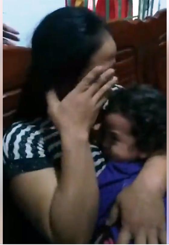 Bé gái 4 tuổi ngủ dưới gầm giường, người nhà loan báo mất tích, hô hoán cả xóm đi tìm-3