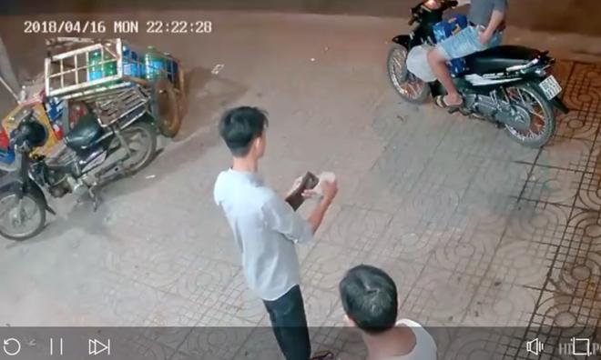 Clip: Hai thanh niên phối hợp diễn sâu để cướp một thùng bia, còn cẩn thận lấy thêm đá uống cho mát-2