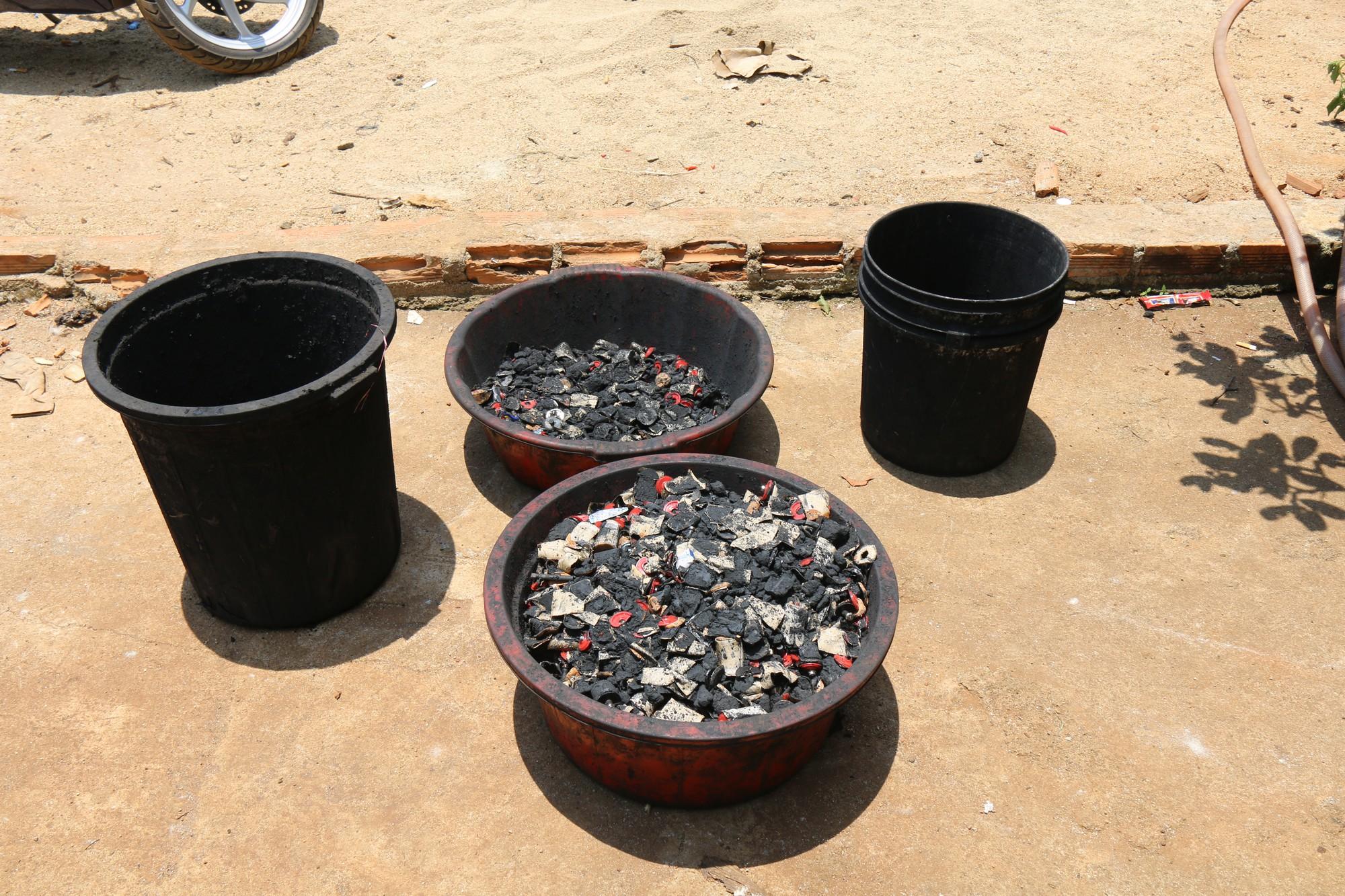 Ớn lạnh khi xem cách sản xuất cà phê nhuộm than pin-12