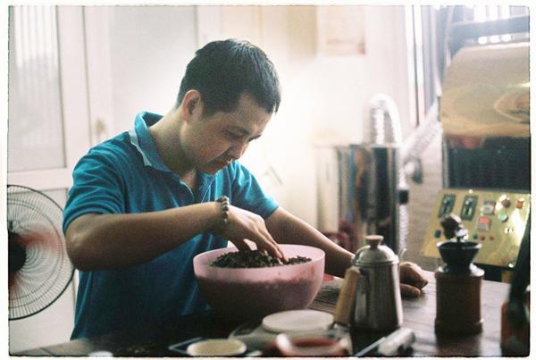 Chuyên gia rang cà phê mách cách chọn cà phê chuẩn, không pha trộn pin, đất-1