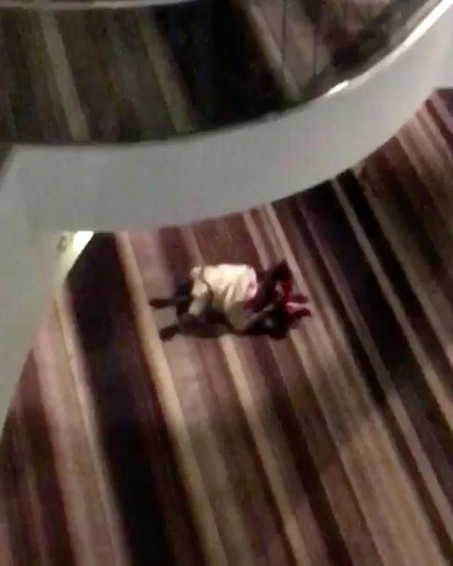 """Cặp đôi ngang nhiên mây mưa"""" tại hành lang khách sạn giữa ban ngày, khiến nhiều người bức xúc-2"""