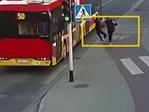 Đùa dại trên đường, cô gái khiến bạn của mình suýt chết thảm dưới gầm xe bus