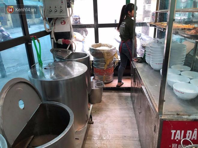 Bị thực khách tố xương trong bát bún có dòi, cửa hàng bún bò Huế ở Hà Nội cho rằng đó chỉ là mùn cưa sườn-8