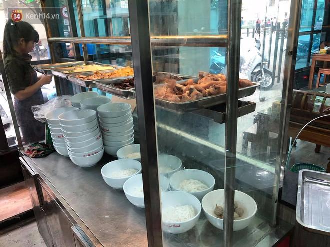 Bị thực khách tố xương trong bát bún có dòi, cửa hàng bún bò Huế ở Hà Nội cho rằng đó chỉ là mùn cưa sườn-7