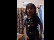 Cô bé được mệnh danh 'cao thủ' bán hàng online khi livestream giới thiệu đồ đến người lớn cũng phải học