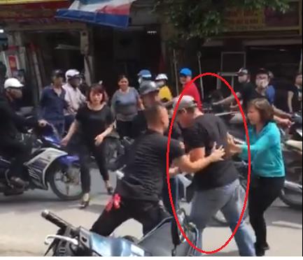 Nam thanh niên bị người đàn ông hành hung dã man, nằm bất động giữa đường phố Hà Nội-1