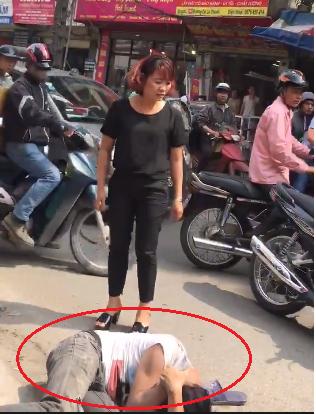 Nam thanh niên bị người đàn ông hành hung dã man, nằm bất động giữa đường phố Hà Nội-2