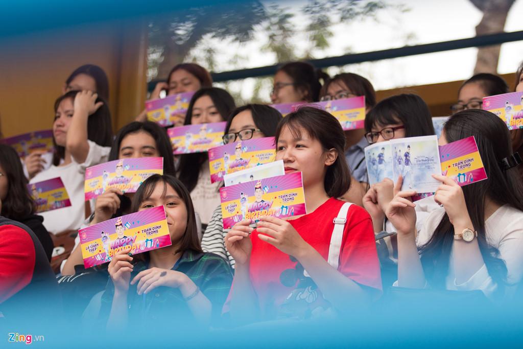 Fan nữ vây kín Văn Hậu, Đình Trọng trong buổi tập của CLB Hà Nội-1