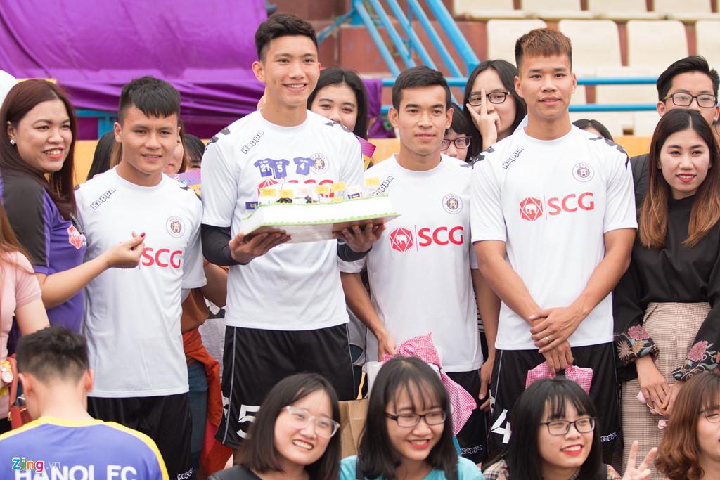 Fan nữ vây kín Văn Hậu, Đình Trọng trong buổi tập của CLB Hà Nội-2