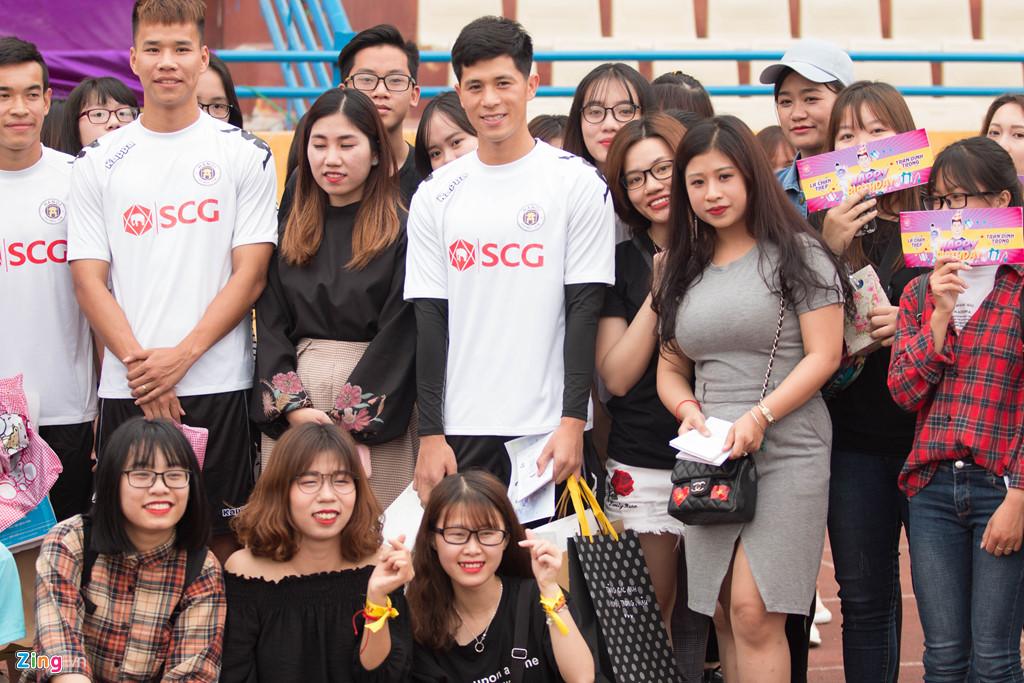 Fan nữ vây kín Văn Hậu, Đình Trọng trong buổi tập của CLB Hà Nội-3