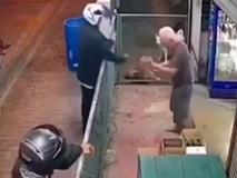Hai gã đàn ông cướp tiền của cụ ông 80 tuổi gây phẫn nộ