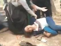 Cô gái bị đánh đập và nhục mạ giữa công viên nhưng ai cũng thờ ơ đứng nhìn