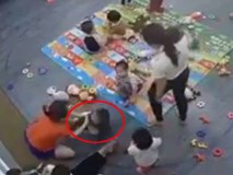 Vụ cô giáo mầm non kẹp đùi, đánh liên tiếp vào người trẻ gây phẫn nộ ở Nghệ An: Tạm đình chỉ cô giáo