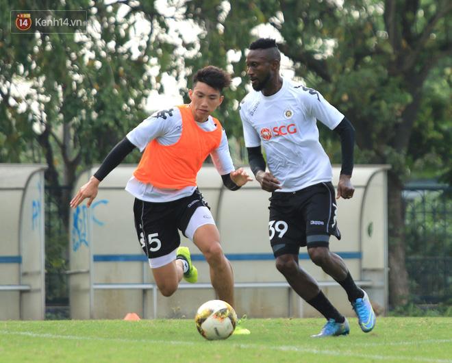 Quang Hải miệt mài tập sút, Đức Huy chấn thương bỏ dở buổi tập trước vòng 6 V.League-2