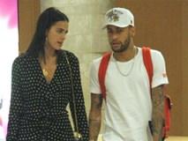 Từ chối trở lại Paris, Neymar chống nạng mua sắm cùng bạn gái