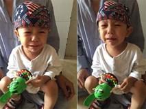 Xót cảnh bé trai 3 tuổi khóc ngất đòi mẹ sau khi bị mẹ bỏ rơi trước cổng chùa