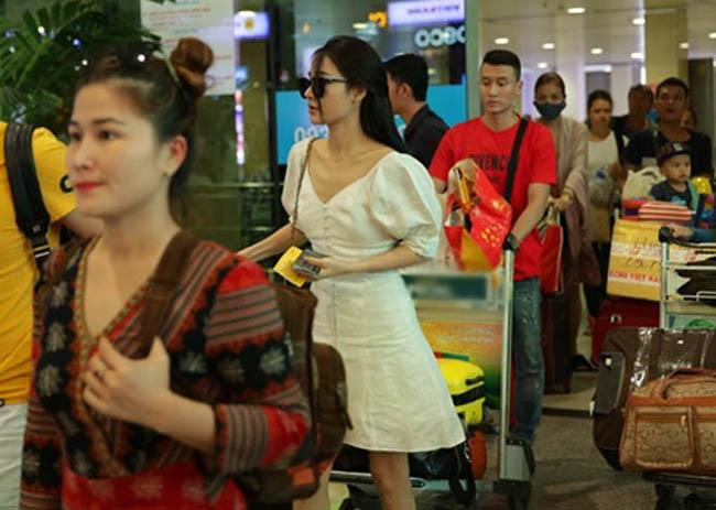 Nhã Phương lặng lẽ về Sài Gòn, cúi đầu ngó lơ khi bị chú ý tại sân bay-1