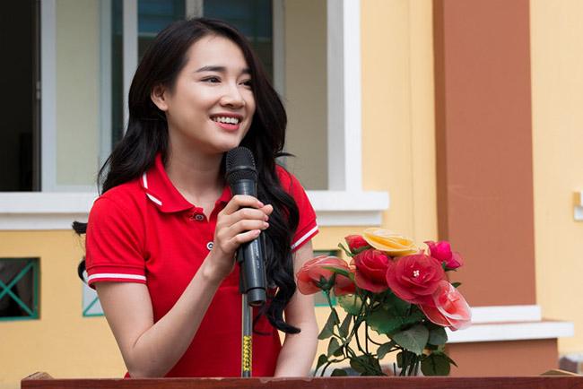 Nhã Phương lặng lẽ về Sài Gòn, cúi đầu ngó lơ khi bị chú ý tại sân bay-15