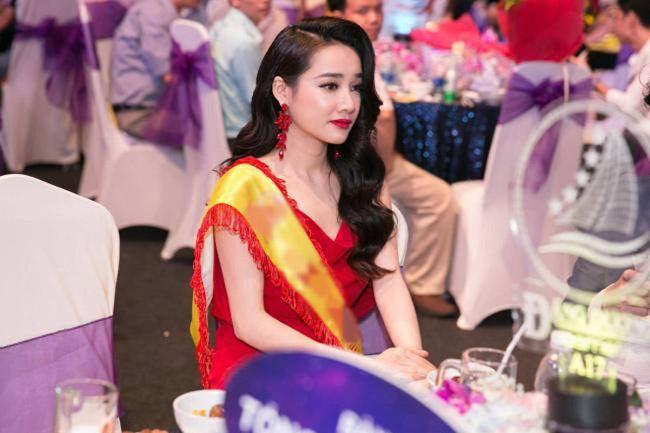 Nhã Phương lặng lẽ về Sài Gòn, cúi đầu ngó lơ khi bị chú ý tại sân bay-19
