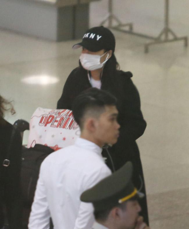 Nhã Phương lặng lẽ về Sài Gòn, cúi đầu ngó lơ khi bị chú ý tại sân bay-21