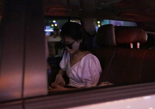 Nhã Phương lặng lẽ về Sài Gòn, cúi đầu ngó lơ khi bị chú ý tại sân bay-5