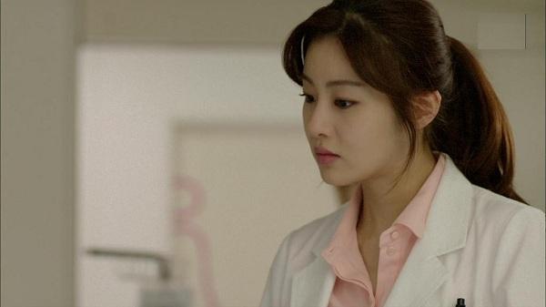 Đi đẻ mà gặp phải người yêu cũ của chồng làm bác sĩ, trong cơn đau tôi méo mặt nhìn chồng gãi đầu gãi tai ngượng ngùng-1