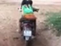 Video: Hai bé gái vùng cao phối hợp lái xe máy khiến dân tình phát hoảng