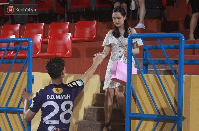 Bạn gái Duy Mạnh, Quang Hải khoe sắc trên sân Hàng Đẫy-9