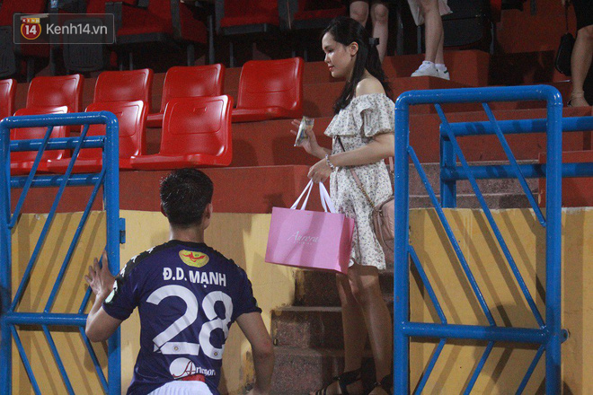Bạn gái Duy Mạnh, Quang Hải khoe sắc trên sân Hàng Đẫy-10