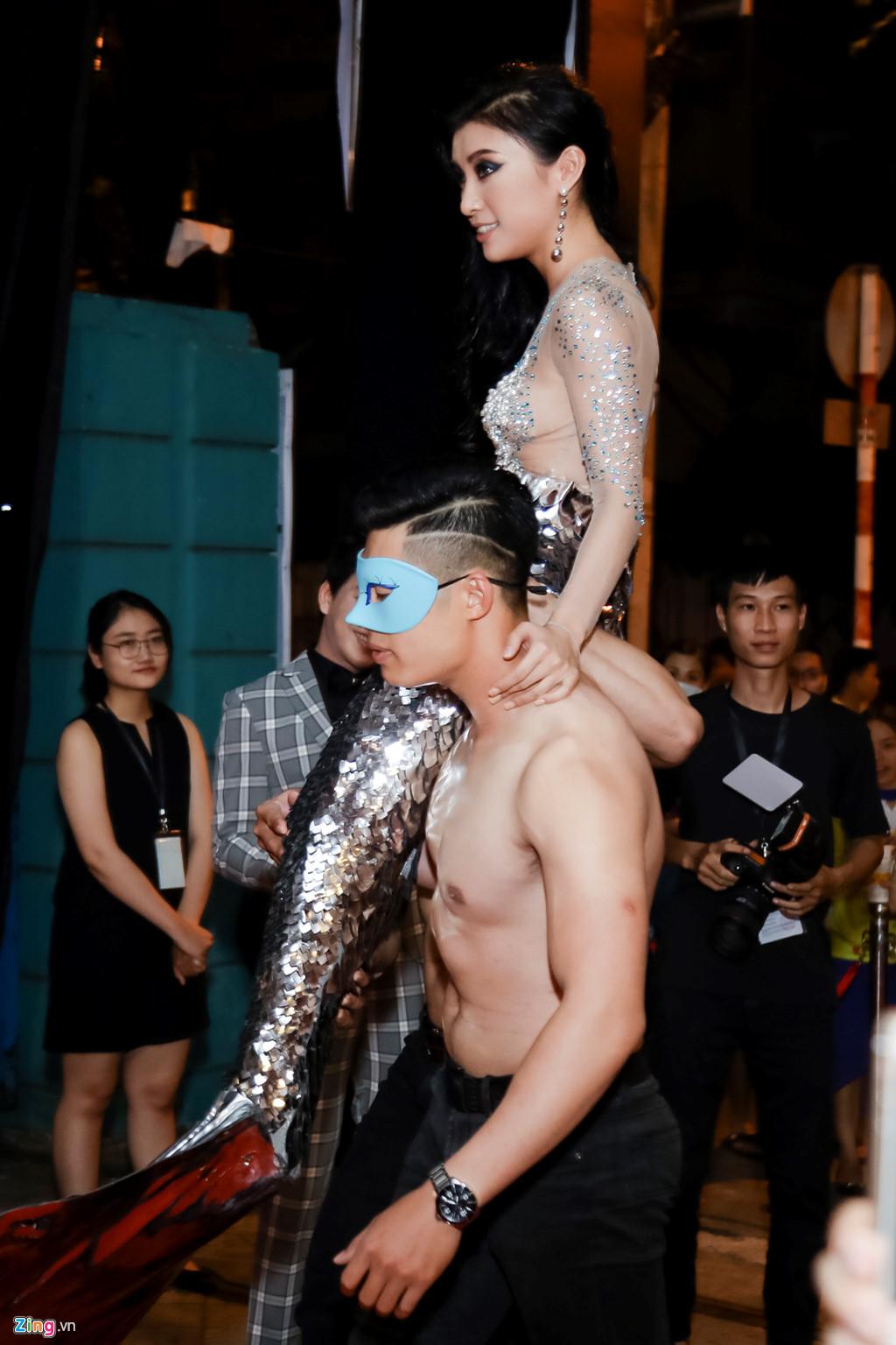 Hóa người cá, Tiêu Châu Như Quỳnh bị chỉ trích làm lố trên thảm đỏ-2
