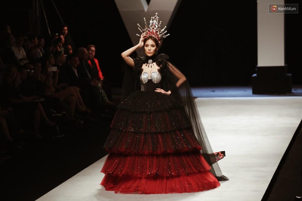 Đội vương miện quá nặng, nữ hoàng Lan Khuê phải vừa đi vừa giữ mà vẫn có thần thái quá đỉnh-1