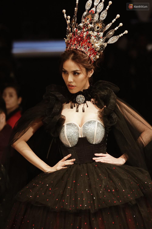 Đội vương miện quá nặng, nữ hoàng Lan Khuê phải vừa đi vừa giữ mà vẫn có thần thái quá đỉnh-3