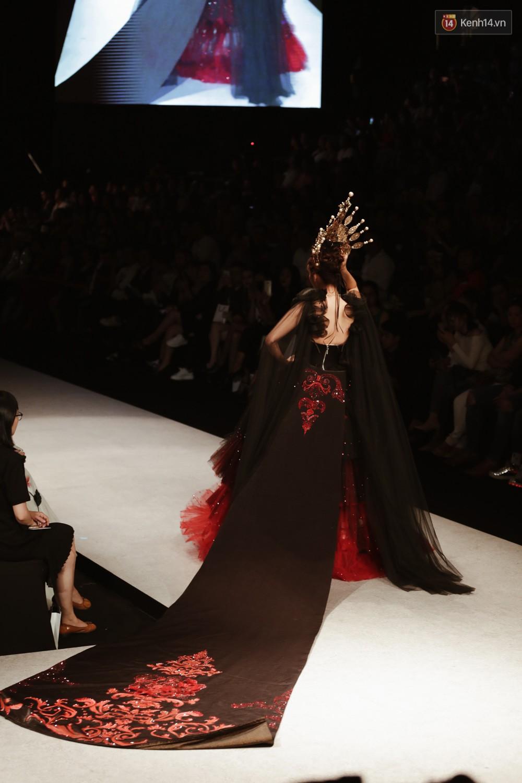 Đội vương miện quá nặng, nữ hoàng Lan Khuê phải vừa đi vừa giữ mà vẫn có thần thái quá đỉnh-4
