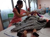 """Mẹ bé gái tay chân hoại tử sau cơn sốt ban đêm: """"Thế là con mất hết tay, chân rồi"""""""