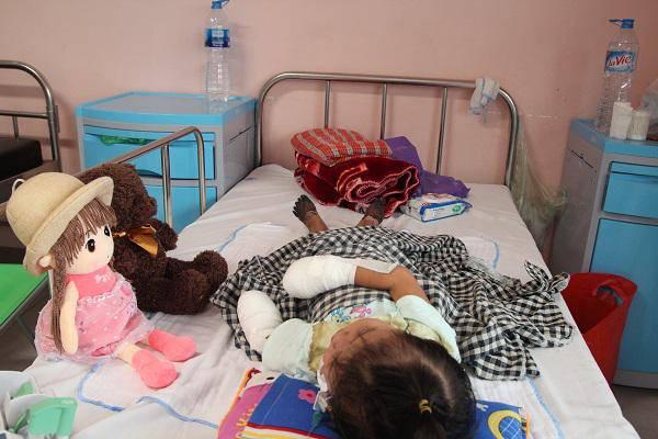"""Mẹ bé gái tay chân hoại tử sau cơn sốt ban đêm: Thế là con mất hết tay, chân rồi""""-4"""