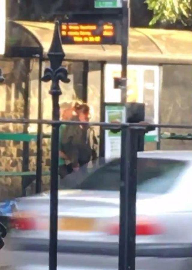 Cặp tình nhân cuồng nhiệt làm chuyện ấy tại trạm xe buýt giữa ban ngày-2
