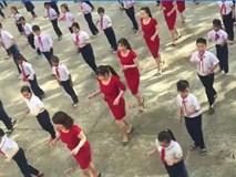 Cô giáo diện váy đỏ làm nóng sân trường bằng điệu nhảy cùng học sinh