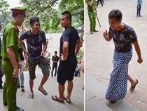 Công an ngăn người mặc quần cộc và váy ngắn vào Đền Hùng