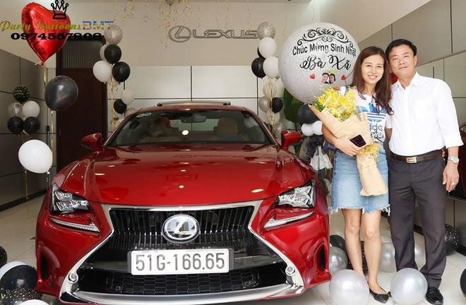 Tặng vợ xe hơi Lexus nhân ngày sinh nhật, đã thế còn trang trí bóng bay lãng mạn khiến nhiều người ngưỡng mộ-1
