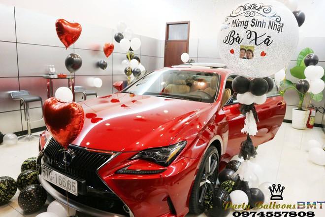 Tặng vợ xe hơi Lexus nhân ngày sinh nhật, đã thế còn trang trí bóng bay lãng mạn khiến nhiều người ngưỡng mộ-2
