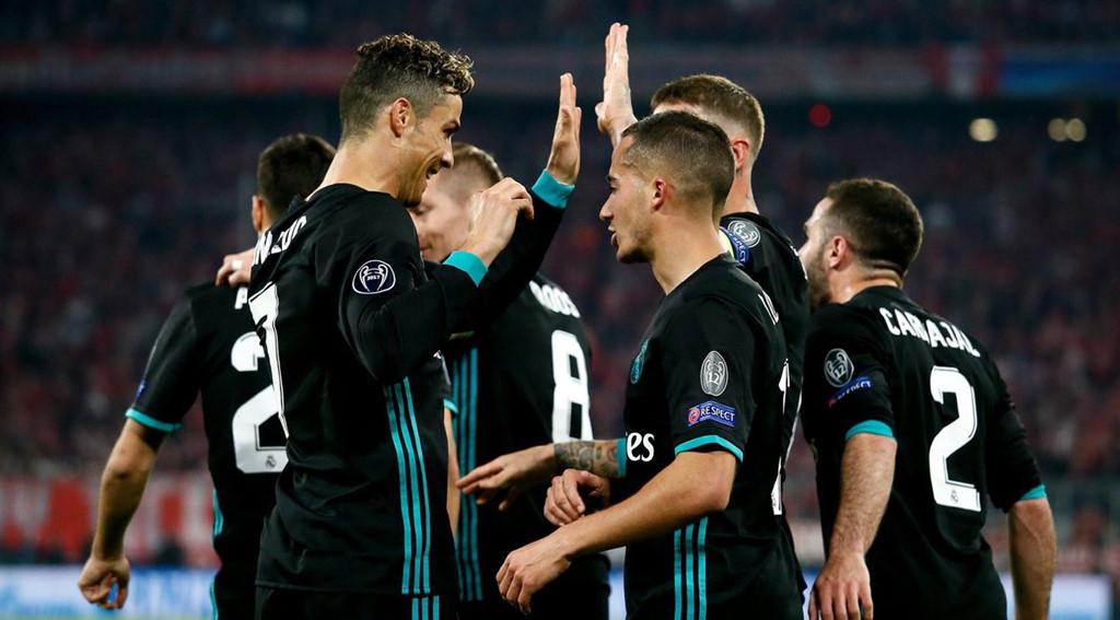 CĐV lao vào sân ôm Ronaldo sau trận thắng ngược của Real-7