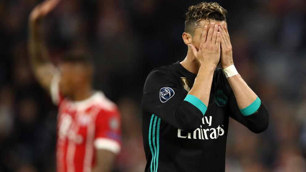 CĐV lao vào sân ôm Ronaldo sau trận thắng ngược của Real-4