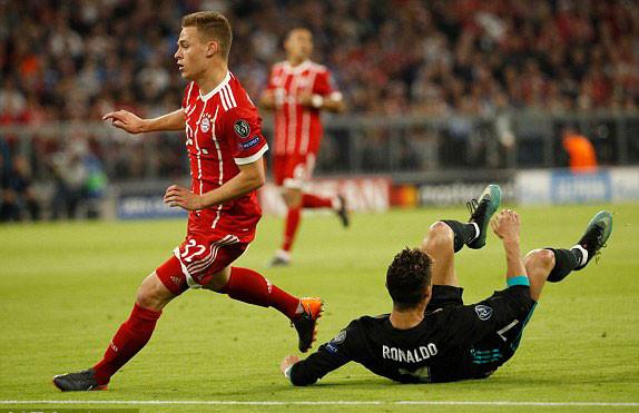 CĐV lao vào sân ôm Ronaldo sau trận thắng ngược của Real-3