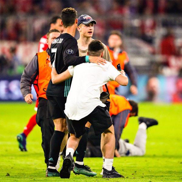 CĐV lao vào sân ôm Ronaldo sau trận thắng ngược của Real-1