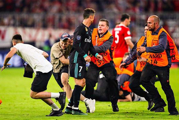 CĐV lao vào sân ôm Ronaldo sau trận thắng ngược của Real-2
