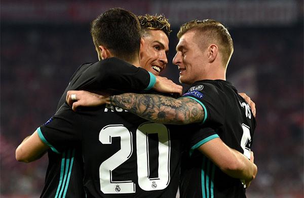 CĐV lao vào sân ôm Ronaldo sau trận thắng ngược của Real-6