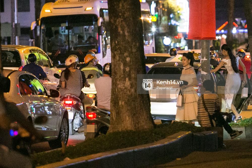 Rời sự kiện bằng xe của Trường Giang tặng, Nhã Phương thay trang phục giản dị, mang dép lê đi ăn tối-2